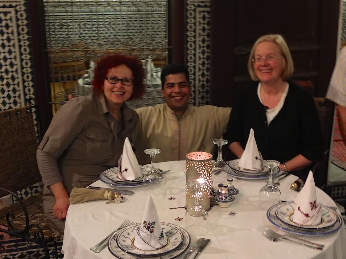 Fes  -  Regine und Helga mit Ibrahim, Riad Tafilalet